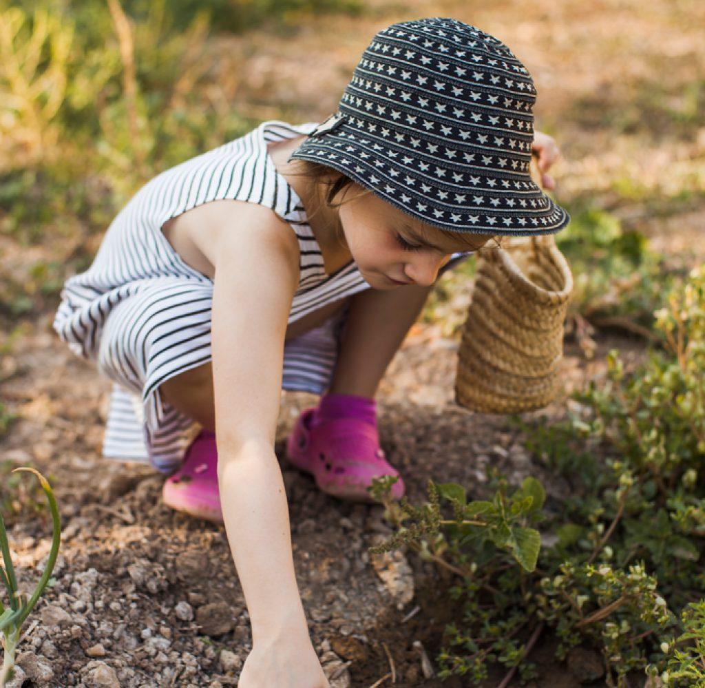 Petite fille faisant du jardinage